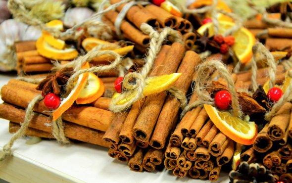 Cynamon, powidła śliwkowe, suszone pomarańcze ianioły zdrewna